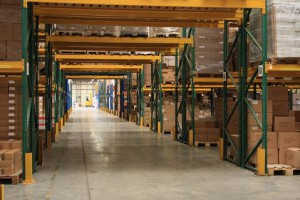 Industriele verpakkingen in een loods